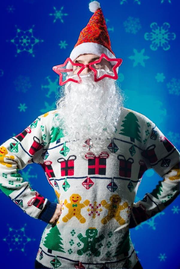 滑稽的佩带圣诞老人胡子的行家年轻人和 库存照片