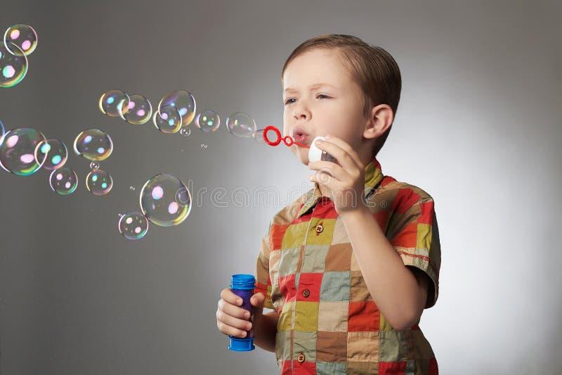 滑稽的儿童吹的肥皂泡 男孩一点 免版税图库摄影