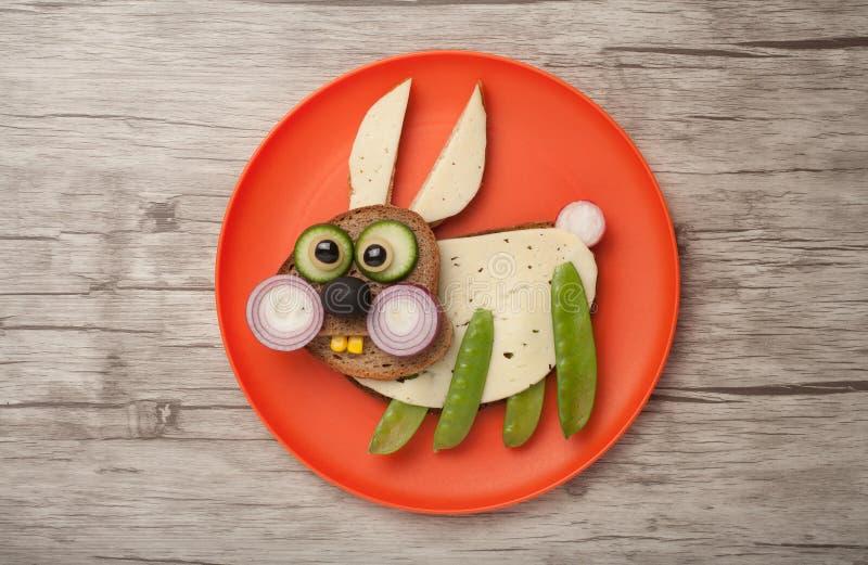 滑稽的兔子由面包和菜做成 免版税图库摄影