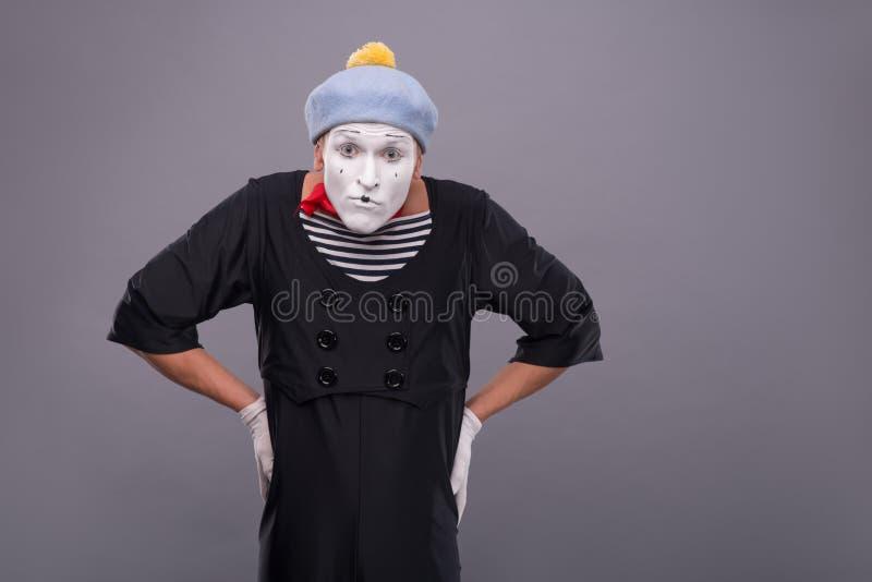 滑稽的公笑剧画象与灰色帽子的和 免版税库存图片