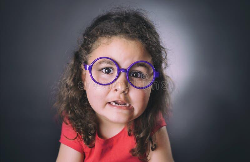 滑稽的六年做面孔的女孩 图库摄影