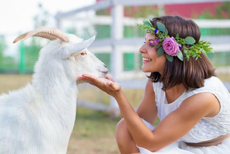 滑稽的图片有一个花圈的一位美丽的女孩农夫在她 免版税库存照片