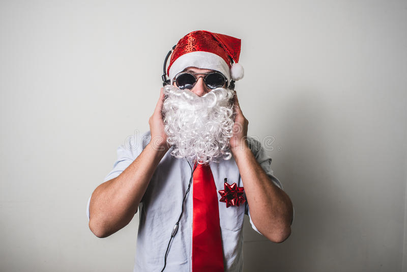 滑稽的圣诞老人babbo natale听的音乐 免版税图库摄影