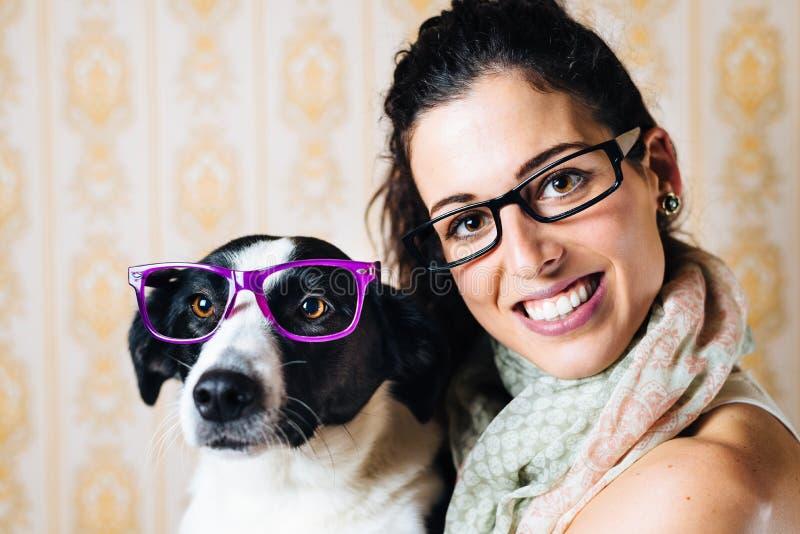 滑稽的妇女和狗与玻璃画象 免版税图库摄影