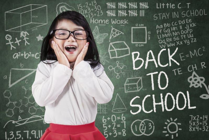 滑稽的小女孩在教室 库存照片