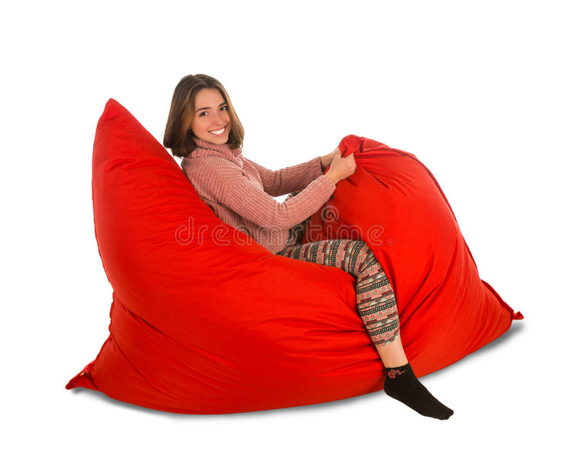 滑稽的少妇坐被隔绝的红色装豆子小布袋沙发椅子  免版税库存图片