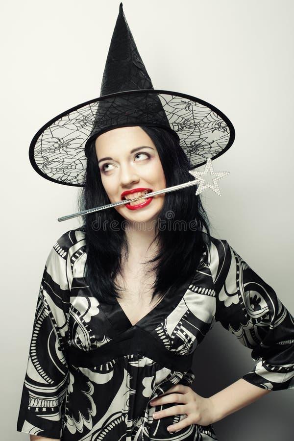 滑稽的巫婆 有canival帽子的年轻愉快的妇女 库存图片