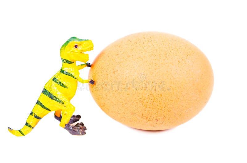 滑稽的彩色塑泥恐龙玩具和鸡蛋 库存照片