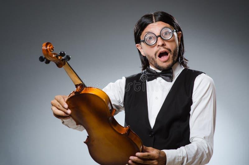 滑稽的无意识而不停地拨弄小提琴球员 免版税库存照片