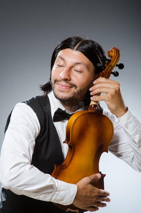 滑稽的无意识而不停地拨弄小提琴球员 图库摄影