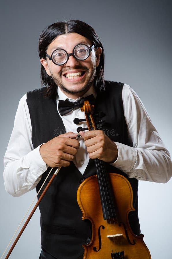 滑稽的无意识而不停地拨弄小提琴球员 免版税图库摄影