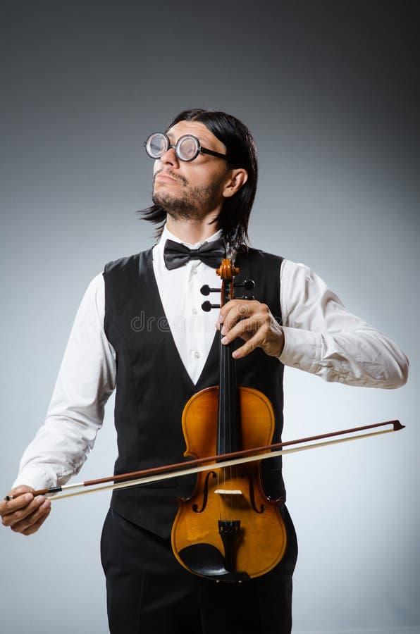 滑稽的无意识而不停地拨弄小提琴球员 库存图片