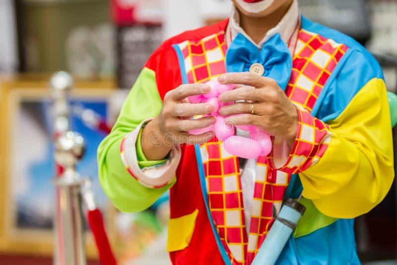 滑稽的生日小丑炸毁气球 免版税库存图片