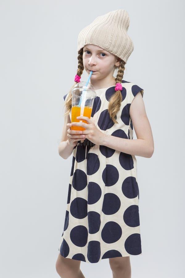 滑稽的白种人女孩画象有摆在温暖的帽子的猪尾的 库存图片