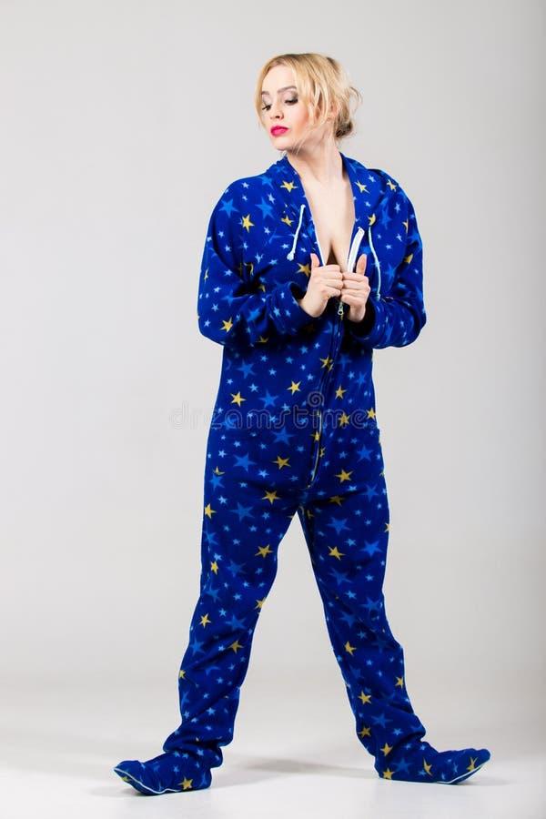 滑稽的睡衣的脱下衣服美丽的女孩 免版税库存照片
