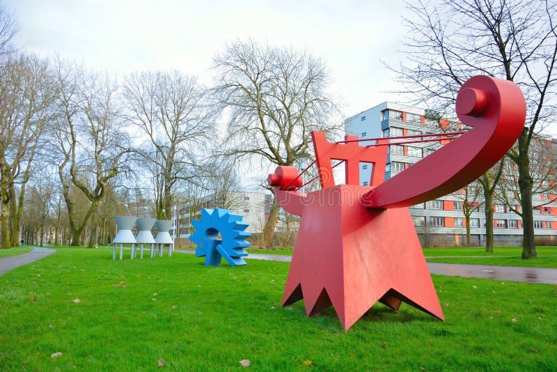 滑稽的红色和蓝色金属当代雕象在荷兰公园 免版税库存图片