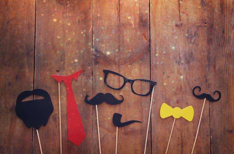 滑稽的胡子、玻璃、髭、领带和弓 Father& x27; s天概念 图库摄影