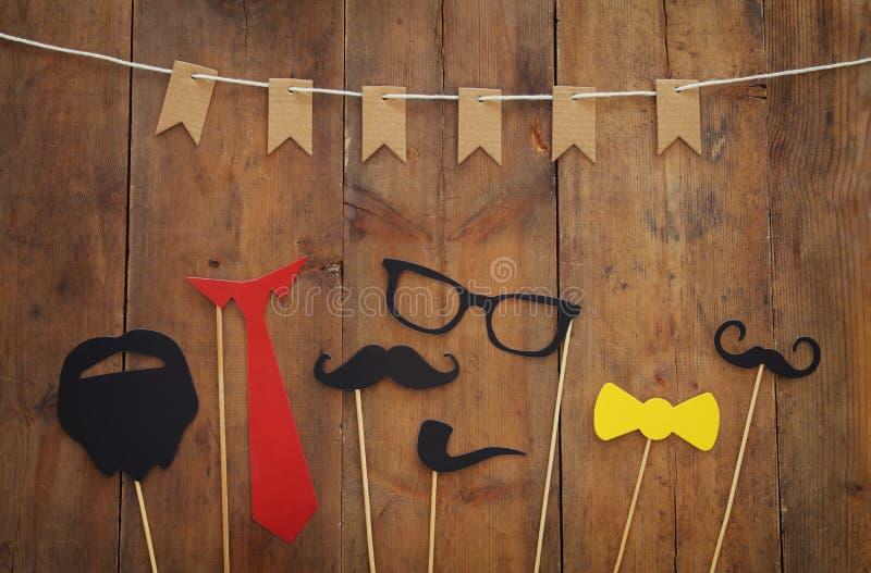 滑稽的胡子、玻璃、髭、领带和弓 Father& x27; s天概念 免版税图库摄影