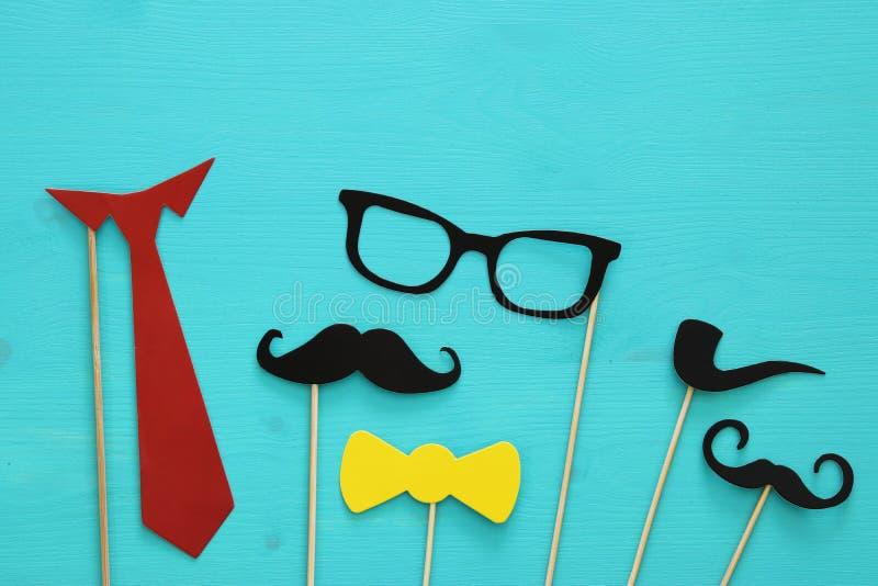 滑稽的胡子、玻璃、髭、领带和弓 Father& x27; s天概念 库存照片