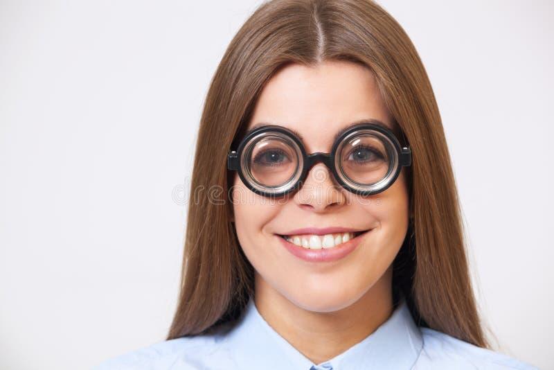 滑稽的年轻女商人演播室画象书呆子玻璃的 免版税库存照片