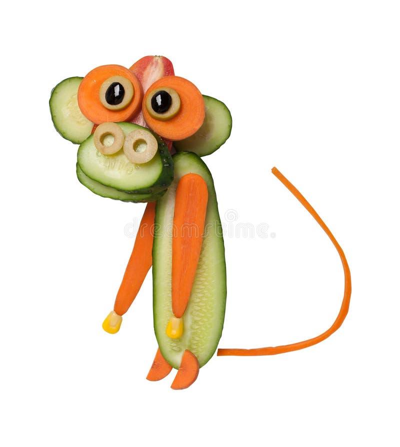 滑稽的猴子由黄瓜和红萝卜制成 库存图片