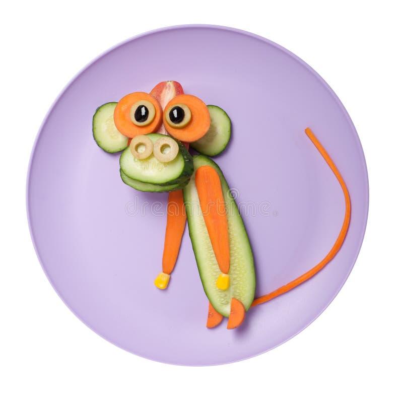 滑稽的猴子由黄瓜和红萝卜制成 库存照片