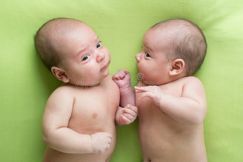 滑稽的婴孩婴儿男孩双胞胎 库存照片
