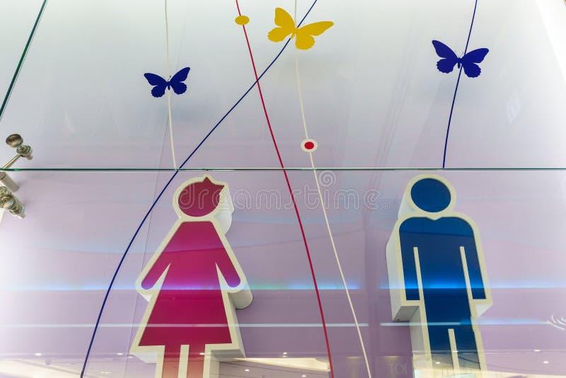 滑稽的wc休息室标志-在公开机场的洗手间标志 库存图片
