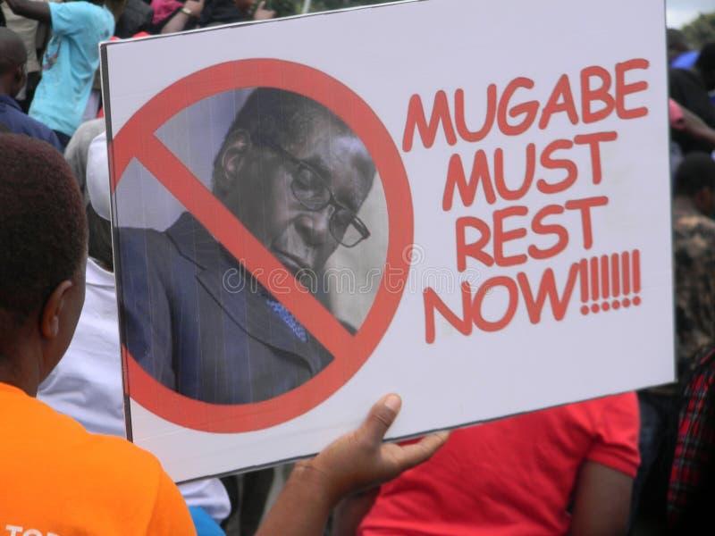 穆加贝必须去招贴在demostrations期间在津巴布韦 库存图片