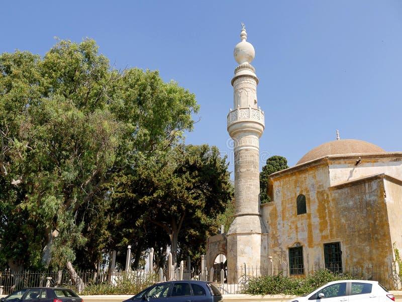 穆拉特雷斯清真寺和土耳其坟园在Mandraki港口附近在罗得岛海岛上  免版税图库摄影
