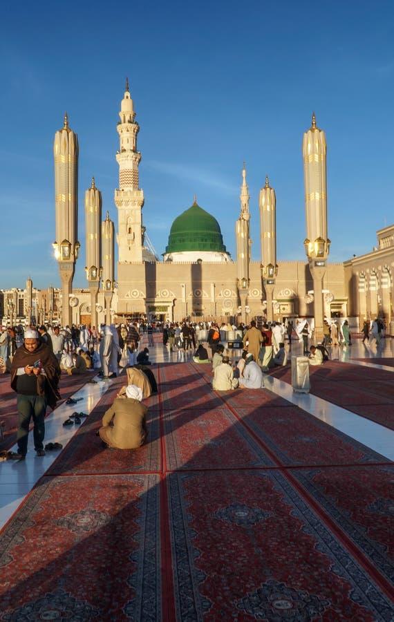 穆斯林为崇拜Nabawi清真寺,麦地那,沙特阿拉伯聚集了 免版税图库摄影