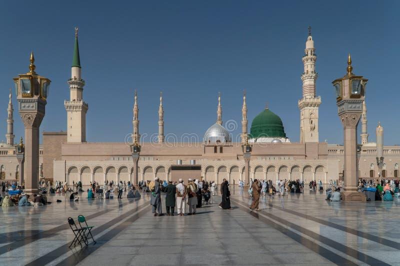 穆斯林为崇拜Nabawi清真寺,麦地那,沙特阿拉伯聚集了 库存照片