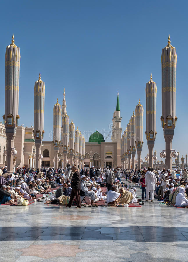 穆斯林为崇拜Nabawi清真寺,麦地那,沙特阿拉伯聚集了 库存图片