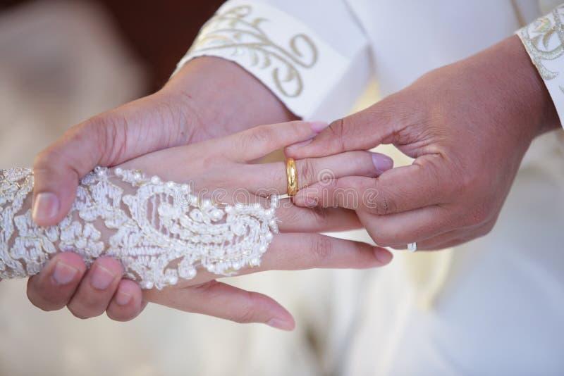 穆斯林修饰佩带圆环新娘 免版税库存图片
