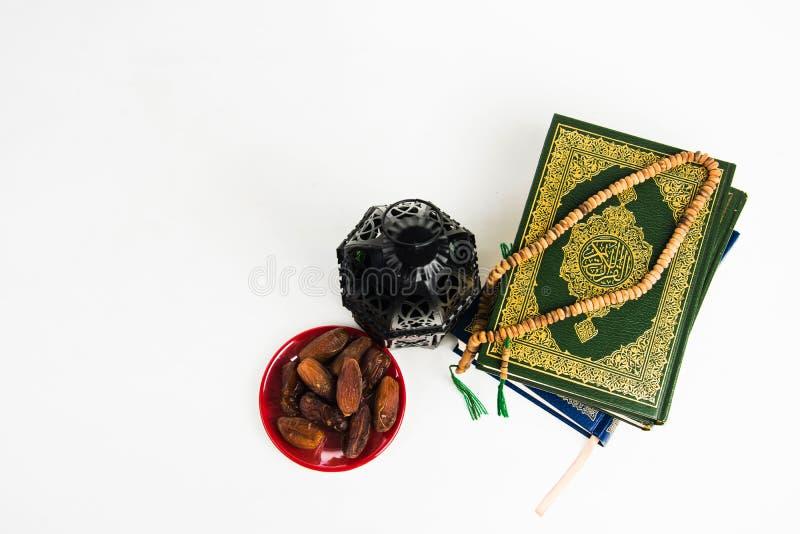 穆斯林古兰经圣经有被照亮的灯笼样式阿拉伯人或摩洛哥的 免版税图库摄影