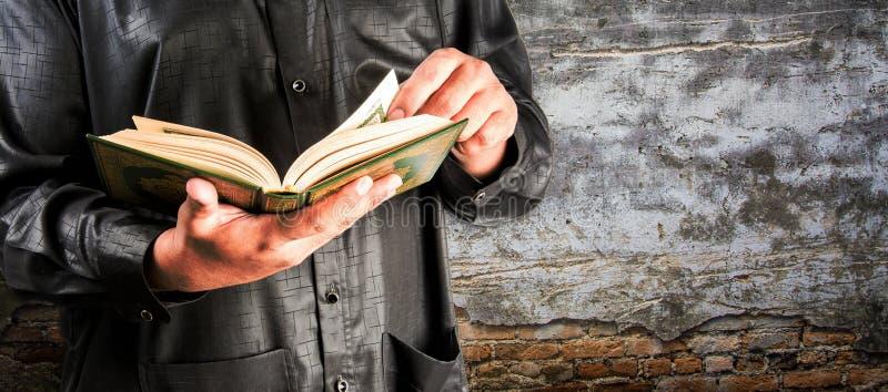 穆斯林古兰经在手中-圣经  免版税库存图片
