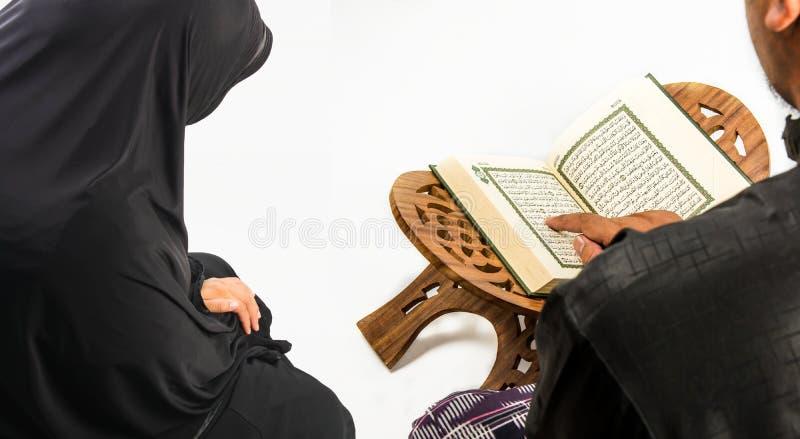 穆斯林(所有穆斯林公开项目古兰经在手中-圣经  库存照片