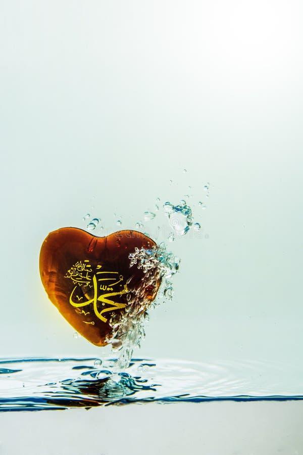 `穆罕默德回教标志与空气泡影的水飞溅的`先知,在白色背景 免版税库存图片
