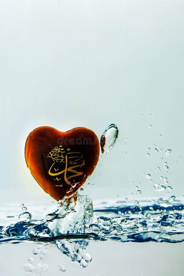`穆罕默德回教标志与空气泡影的水飞溅的`先知,在白色背景 库存图片