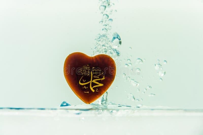 `穆罕默德回教标志与空气泡影的水飞溅的`先知,在白色背景 图库摄影