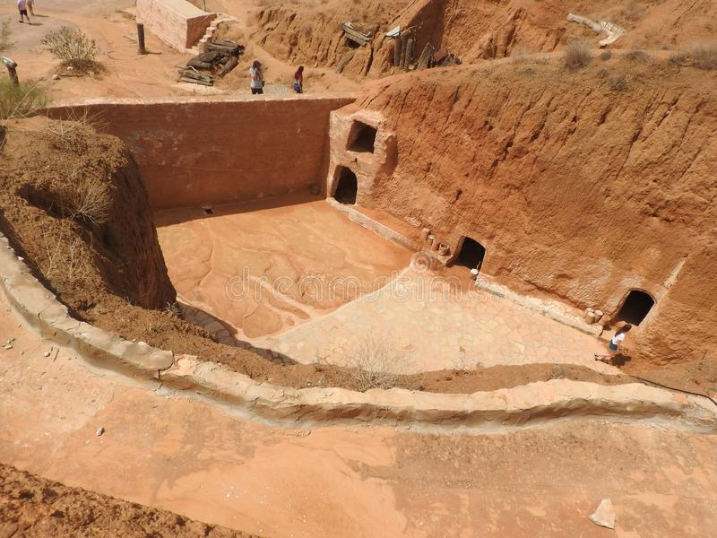 穴居人家和巴巴里人的地下洞在德西迪Driss,马特马塔,突尼斯,非洲,在一个晴天 图库摄影
