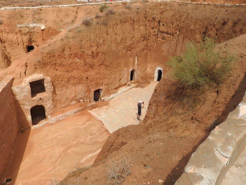 穴居人家和巴巴里人的地下洞在德西迪Driss,马特马塔,突尼斯,非洲,在一个晴天 库存图片