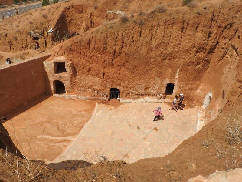 穴居人家和巴巴里人的地下洞在德西迪Driss,马特马塔,突尼斯,非洲,在一个晴天 免版税库存图片