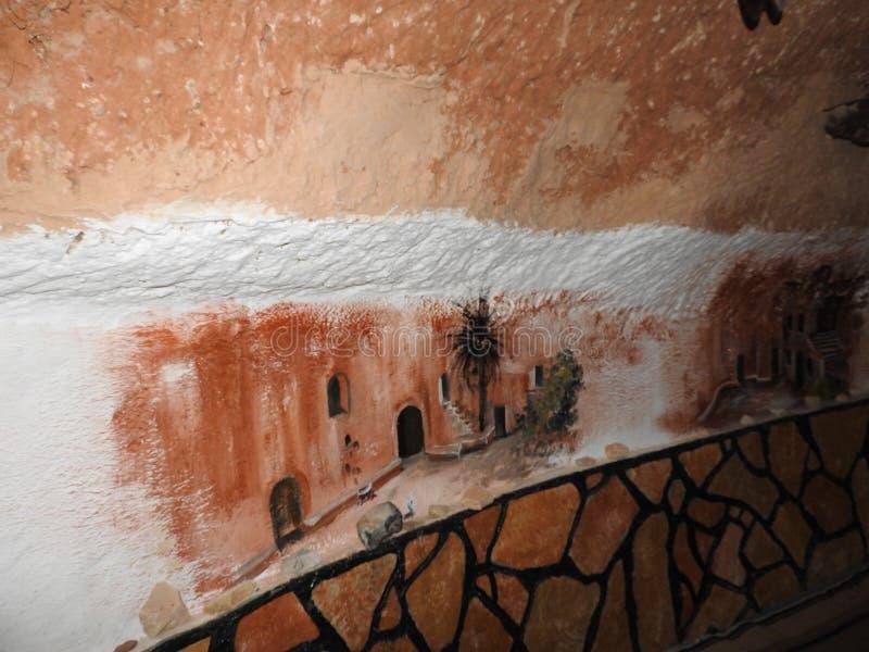 穴居人家和巴巴里人的地下洞在德西迪Driss,马特马塔,突尼斯,非洲,在一个晴天 免版税图库摄影