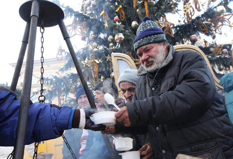 穷和无家可归的圣诞前夕在主要市场上在克拉科夫 免版税库存照片