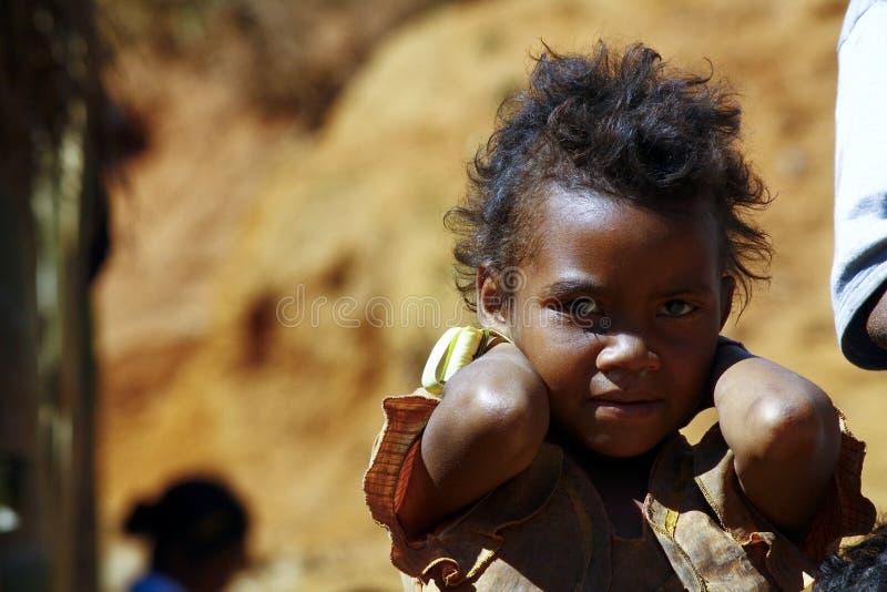 贫穷,一个可怜的矮小的非洲女孩的画象 库存图片
