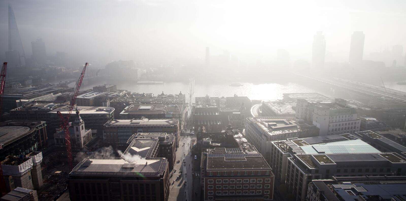 空中伦敦视图在从圣保罗` s大教堂的一有雾的天 库存照片