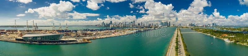 空中全景迈阿密口岸推托海岛Macarthur堤道 免版税库存照片