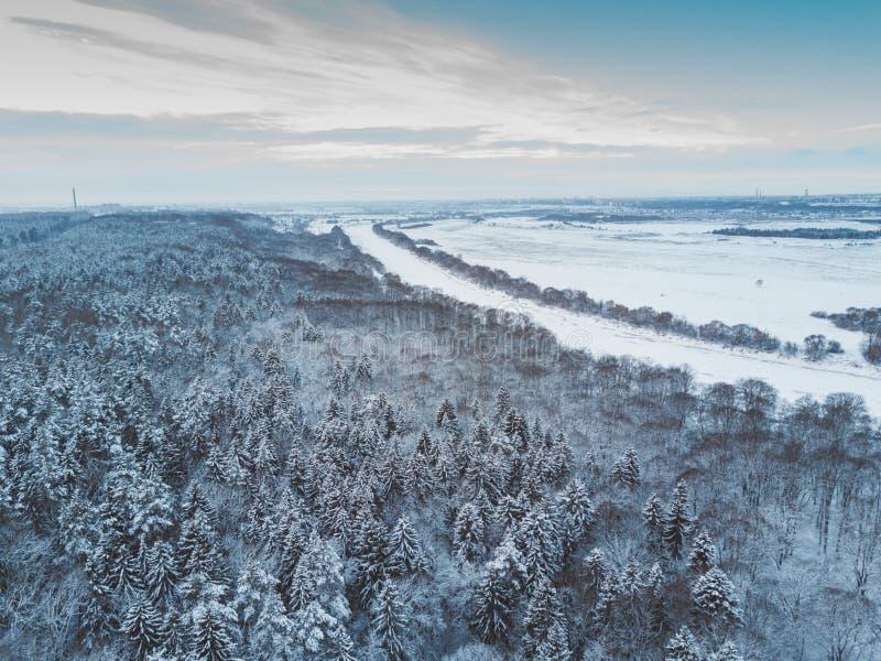 空中冬天森林视图 寄生虫风景,在河上的飞行 与雪,美好的墙纸背景的白色树 高现代酸碱度 图库摄影