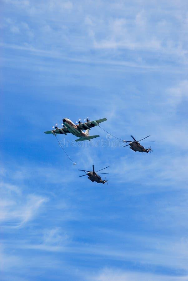 空中加油乘军用直升机 免版税库存图片